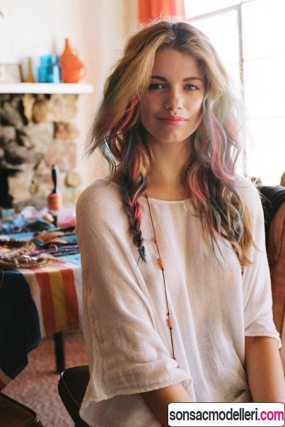 Renkli dalgalı saç modeli