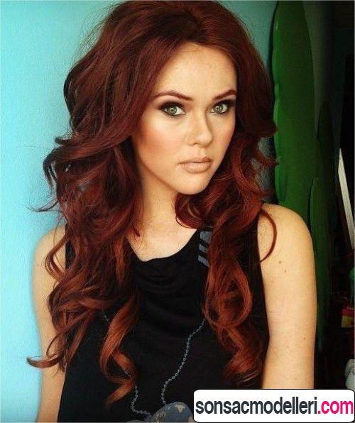 Dalgalı kızıl saç modeli