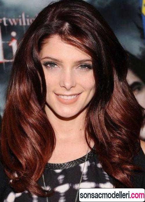 Kızıl dalgalı saç modeli