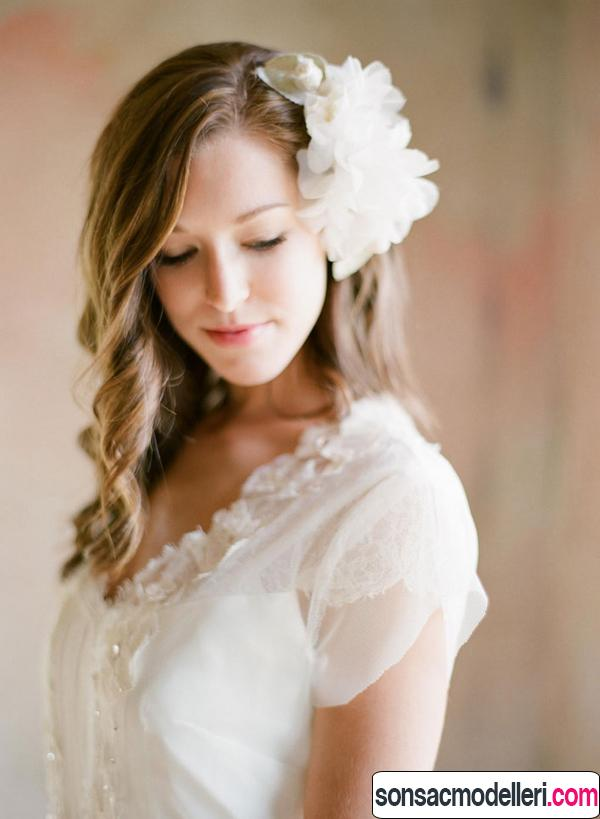 sade beyaz çiçekli gelin saçı