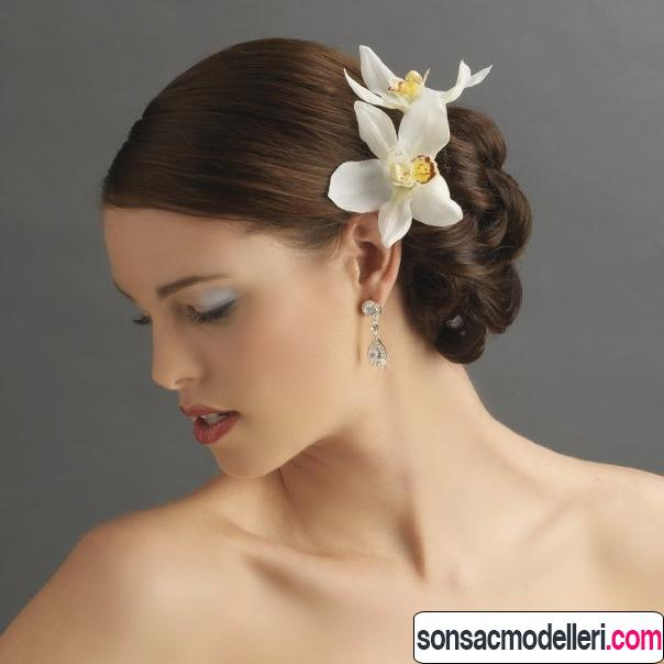 çiçekli gelin saçı süslemesi