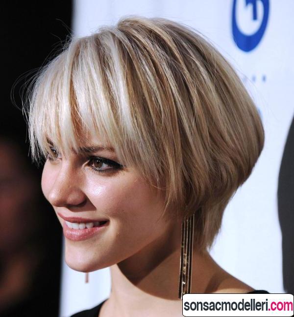 Sarı ve kısa kahküllü katlı saç modeli