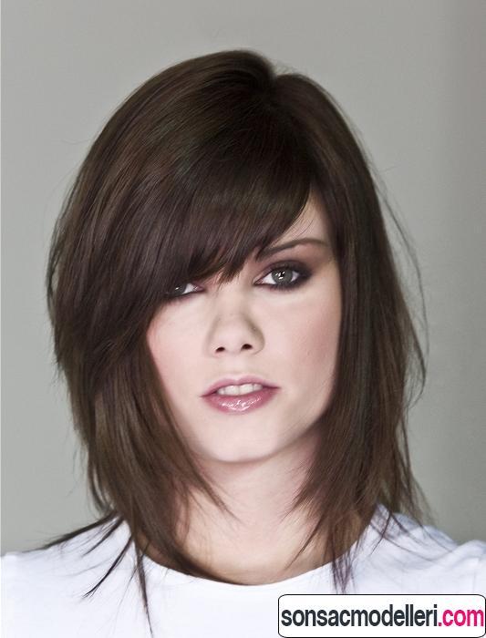 Orta uzunlukta katlı saç kesimi