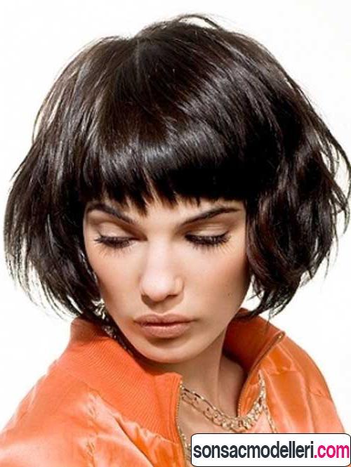 Dalgalı kısa saç kesimi