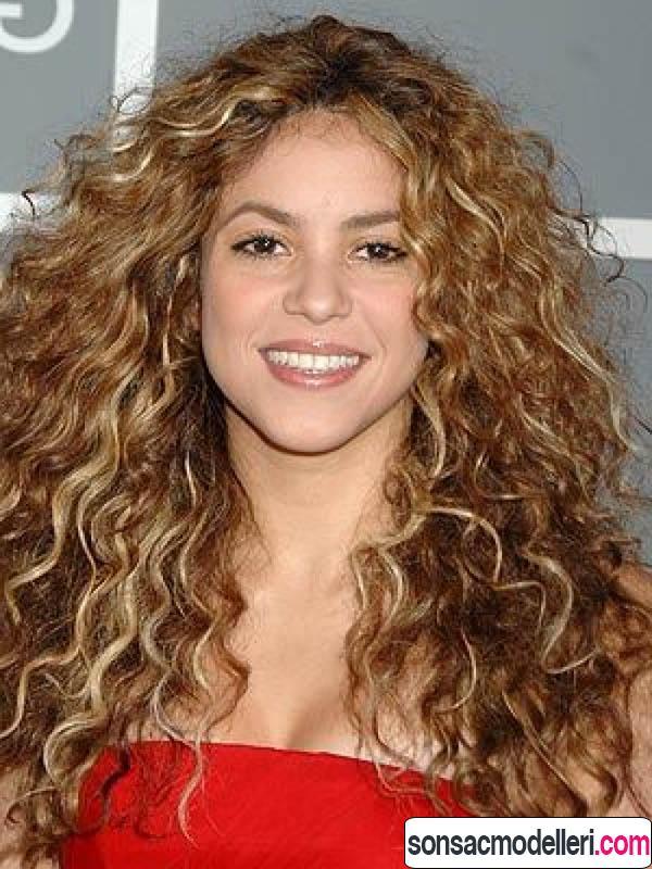Shakira kıvırcık saç modeli
