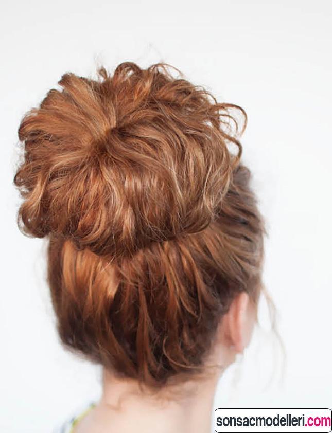 kıvırcık saçlar için Arkadan topuz modeli