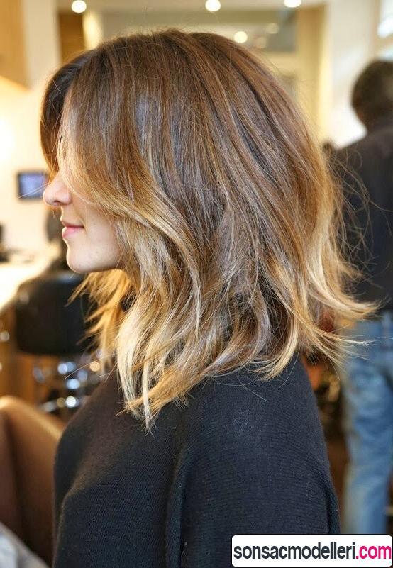 Orta boy koyudan açığa ombre dalgalı saç modeli
