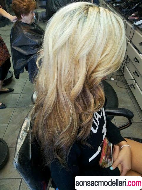 Açık sarıdan koyuya ombre dalgalı saç modeli