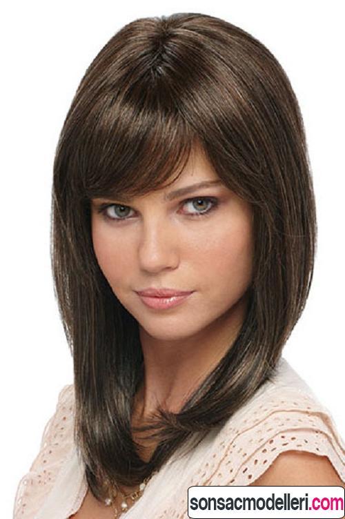 Kahküllü düz orta boy saç kesimi