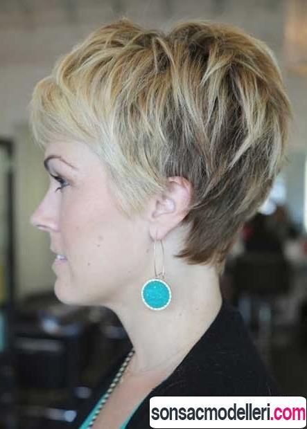 Katlı kalın saçlar için pixie modeli
