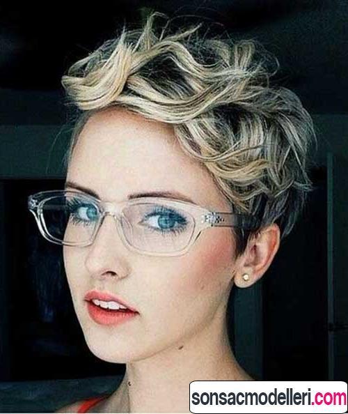 Dalgalı saçlar için kısa pixie saç modeli