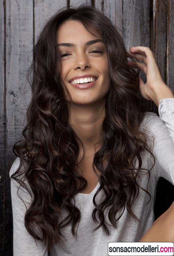 Kalın telli saçlara uygun uzun dalgalı saç örneği