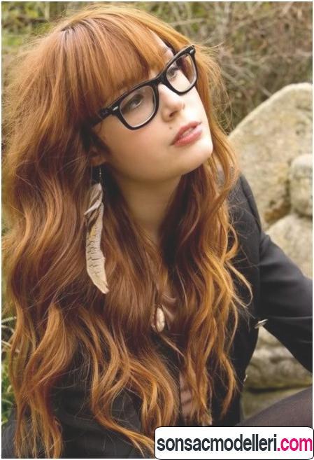 Kızıl kahküllü uzun dalgalı saç şekli