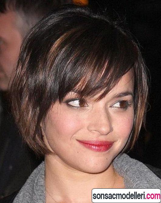Yuvarlak yüz şekli için Katlı kısa saç kesimi