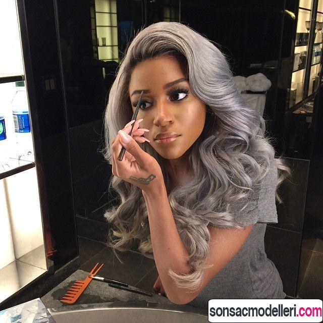 Uzun dalgalı saçlar için gri saç rengi