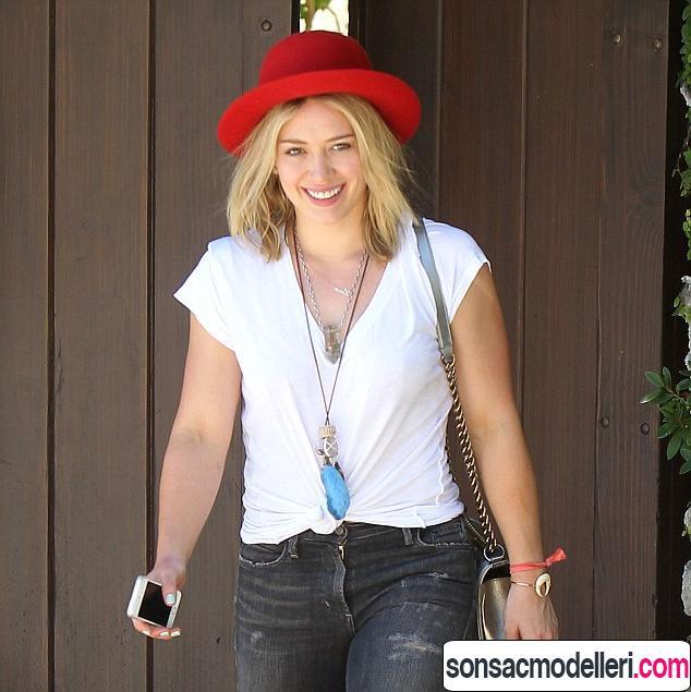 kırmızı şapka ile kısa saç modeli