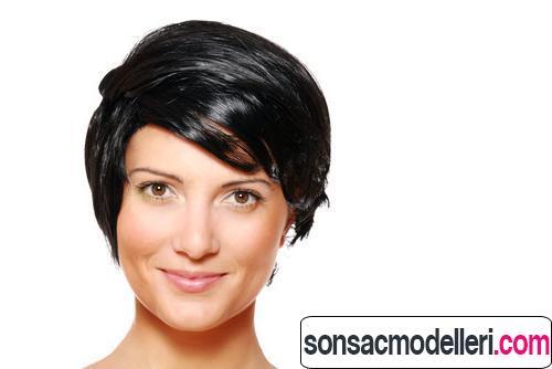 Dalgalı siyah pixie saç kesimi