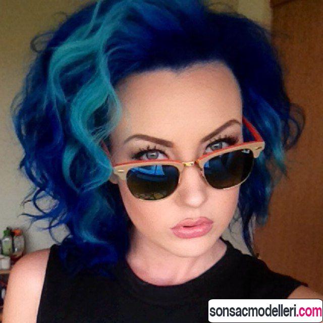 Dalgalı Neon mavi saç modeli