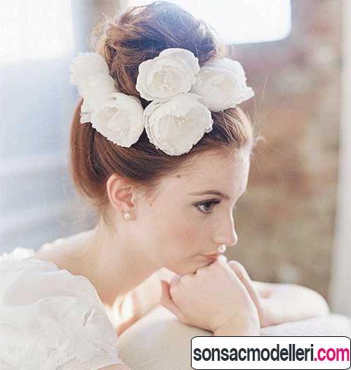 Beyaz çiçekli gelin topuzu