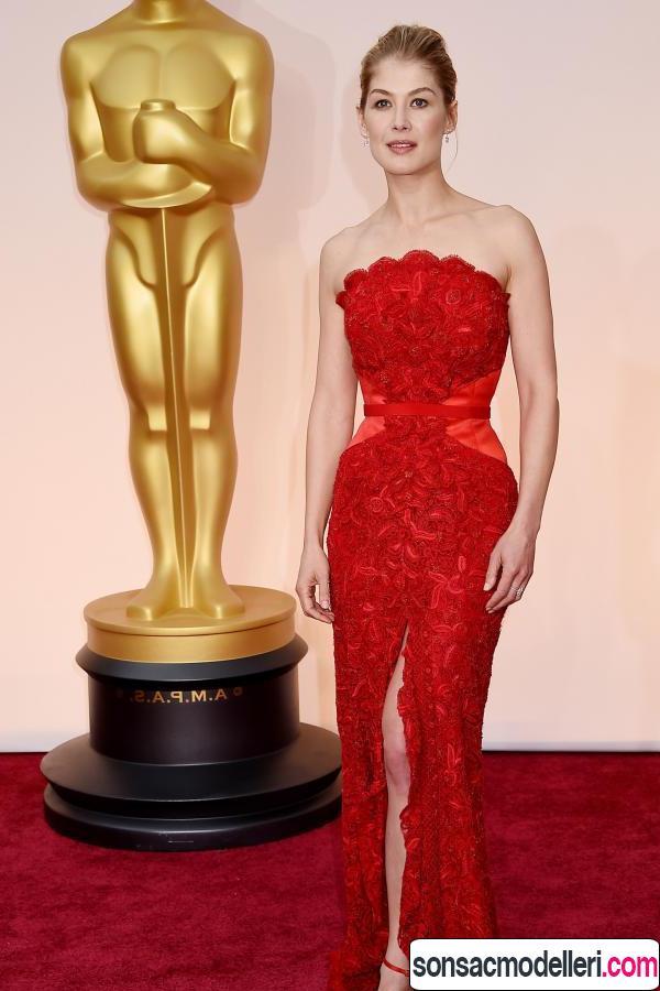 Rosamund Pike kırmızı halı saç modeli