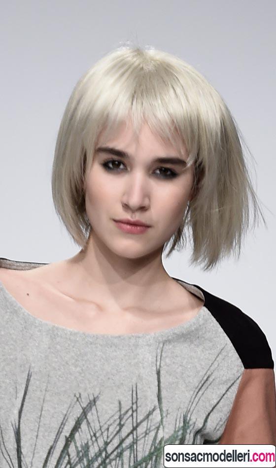 Kahküllü küt platin renk saç modeli