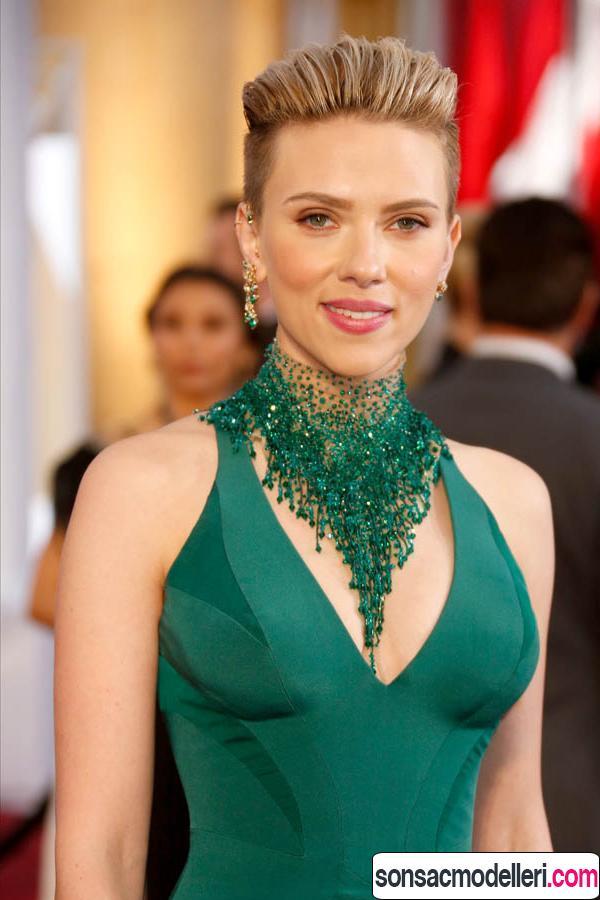 Scarlett Johansson kırmızı halı saç modeli