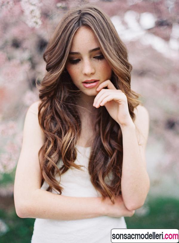 Dalgalı uzun gelin saç modeli