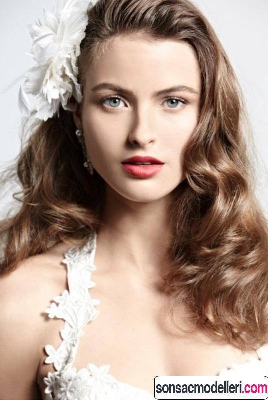 Dalgalı ve çiçekli gelin saçı