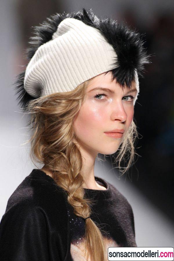 Kumral örgülü saç modeli ve yaratıcı bere tasarımı