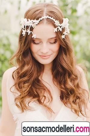 Çiçekli açık gelin saç modelleri