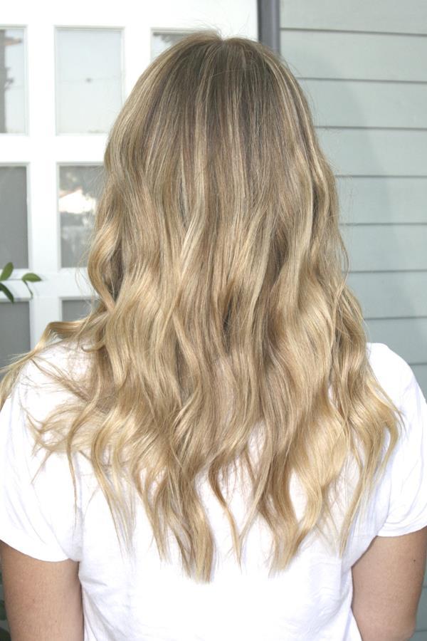 Kum sarısı dalgalı saç modeli ve tonu