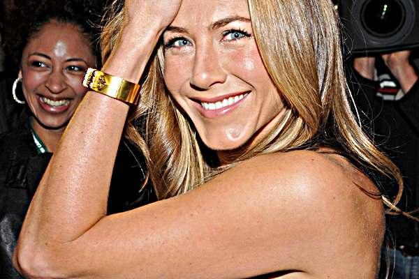 Jennifer aniston sarı bej san renkleri