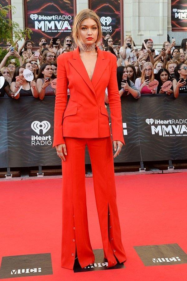 gigi hadid kırmızı kıyafeti